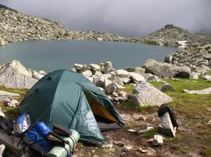 stanování u nejvýše položeného horské jezero Paringu
