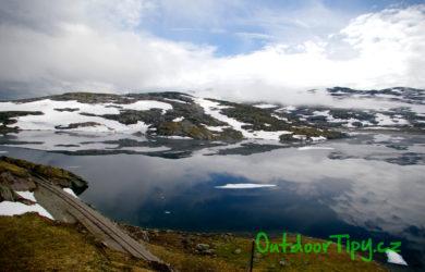 Jezera lemují stezkou po celé délce