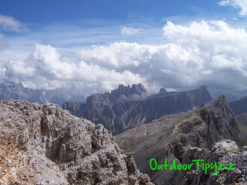 Pohľad z Monte Averau na Monte Nuvolau s rovnomennou chatou