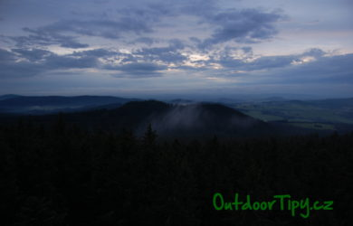 Večerní výhled z rozhledny na Kraví hoře na Kuní horu a okolí
