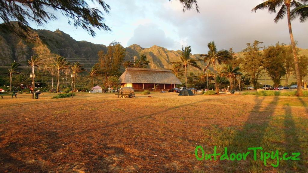 Kemp na pláži Waimanalo Bay - východní pobřeží ostrova Oahu