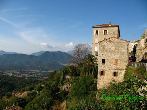 město Sarténe na Korsice