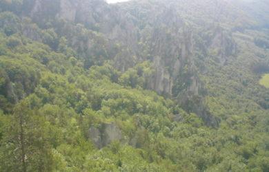 Výhľad zo Súľovského hradu, v pozadí Brada.