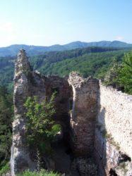 Výhľad z horného podlažia Hričovského hradu.
