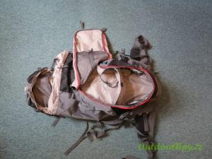fotografie č. 1: prázdný batoh, který je vybaven předním vstupem