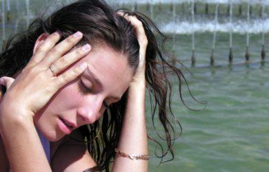 žena se slunečním úpalem