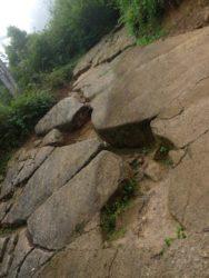 odkrytá stěna betonových bloků pyramidy Slunce