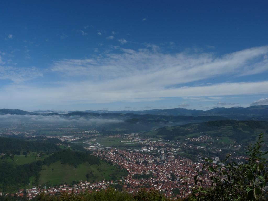 výhled z nejvyšší pyramidy světa na městečko Visoko