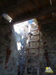 žebříky umožňují výstup do vyšších pater zříceniny Velički grad