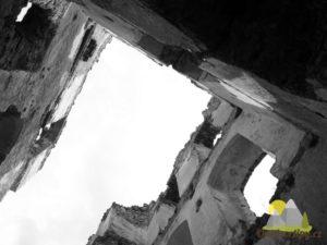 rozpadající se zdivo hradu Ružica