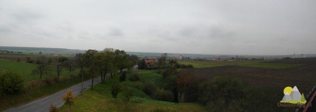pohled jižním směrem na obec a do Polabí
