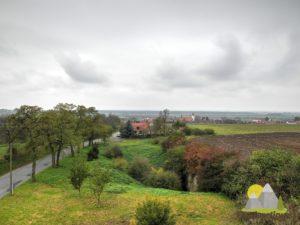 pohled na obec Kostelní Hlavno (v popřední kamenolom)