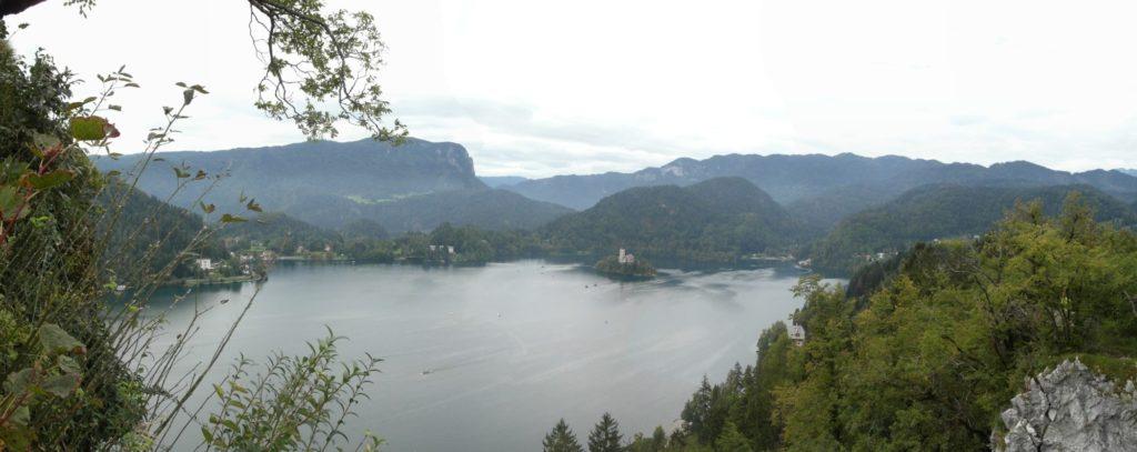 Bled - pohled od hradu na ostrov s kostelem