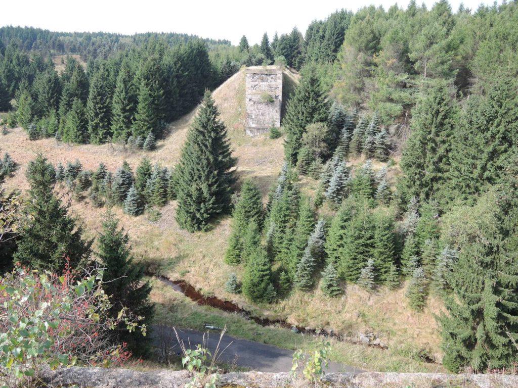 Mostní pilíře po zaniklé železnici nedaleko Hory Sv. Šebestiána