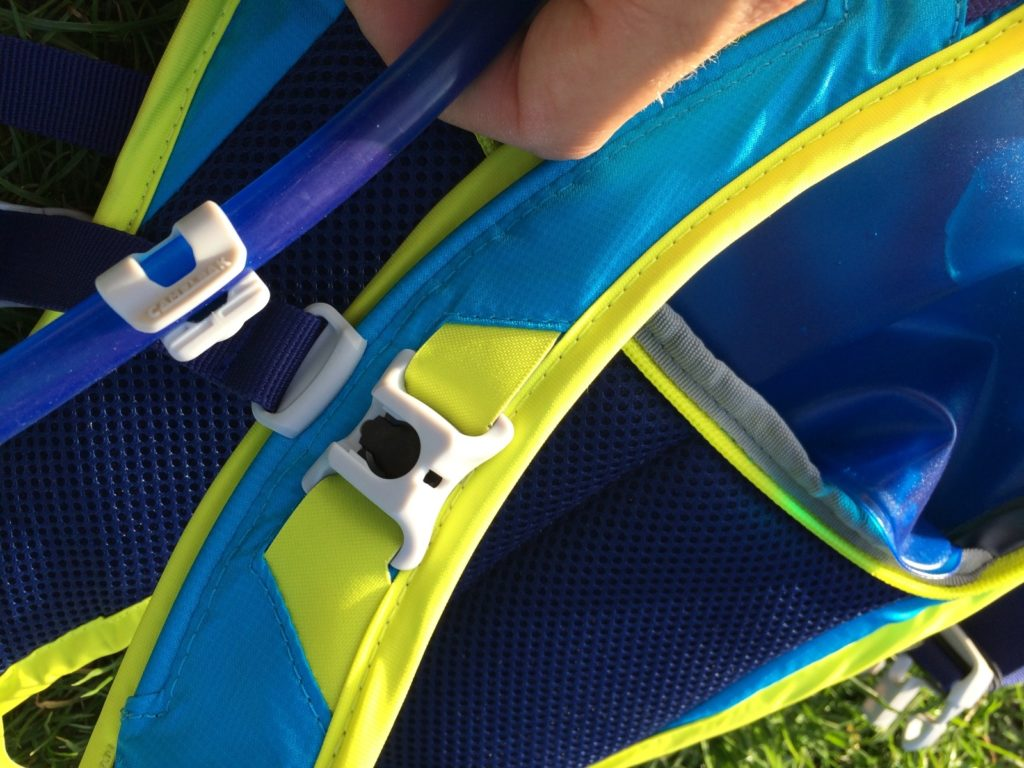 detail magnetu na hadičce a ramenním popruhu