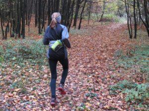 Při běhu drží pevně, jako by tam ani nebyla