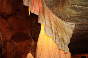 Sintrový závěs v Javoříčských jeskyních