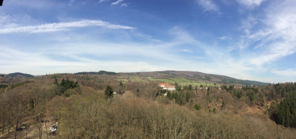 pohled na obec Místo a hřeben Krušných hor
