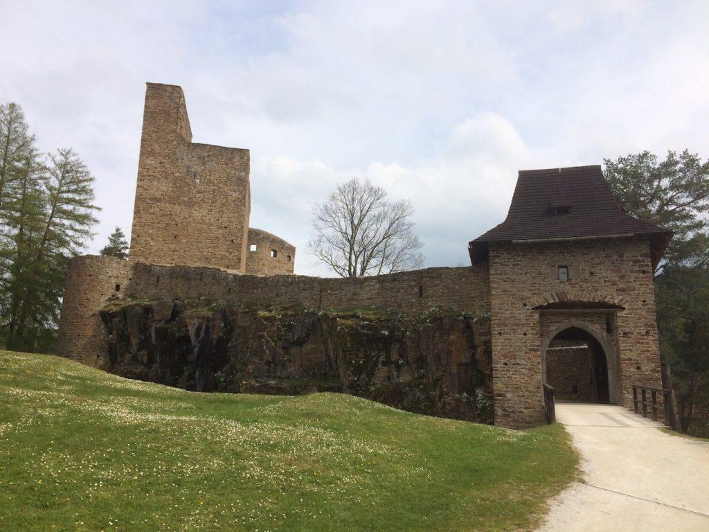 vstupní brána na hradu Velharrtice