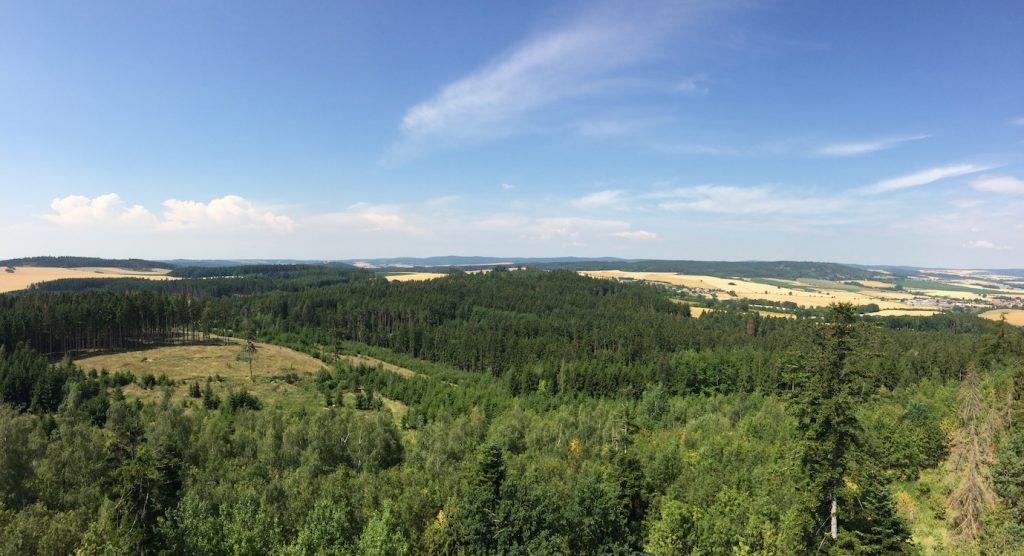 panoramatický pohled z rozhledny na Pekelném kopci